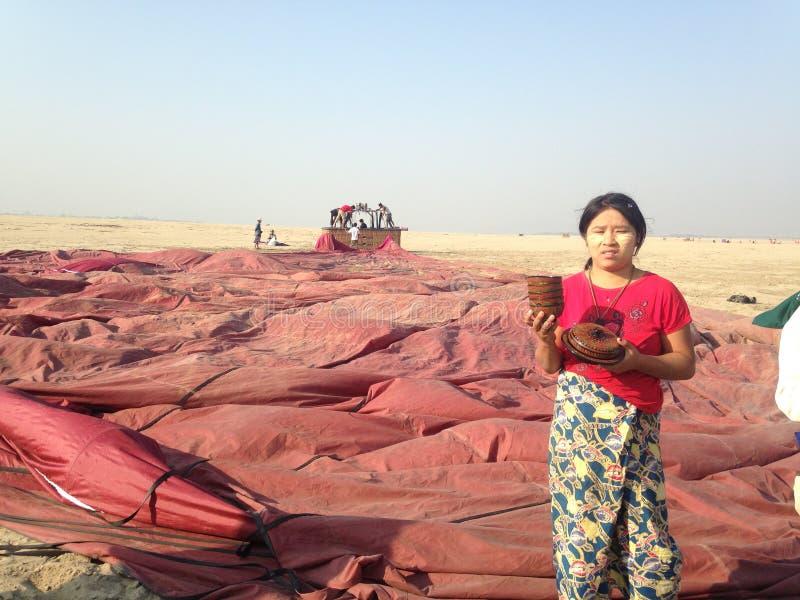 Artisanal продавец на выкачанных воздушных шарах стоковое фото rf