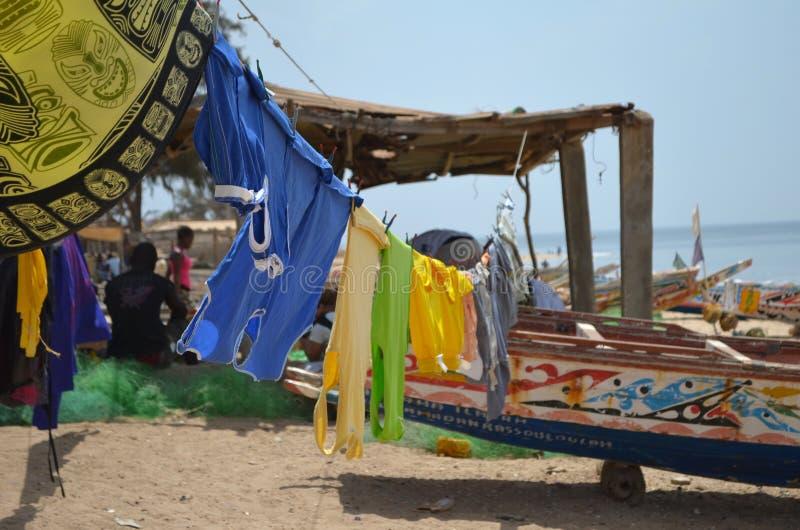 Artisanal träfiskebåtpirogues i byn av Ngaparou, liten och nätt CÃ'te, Senegal royaltyfria bilder