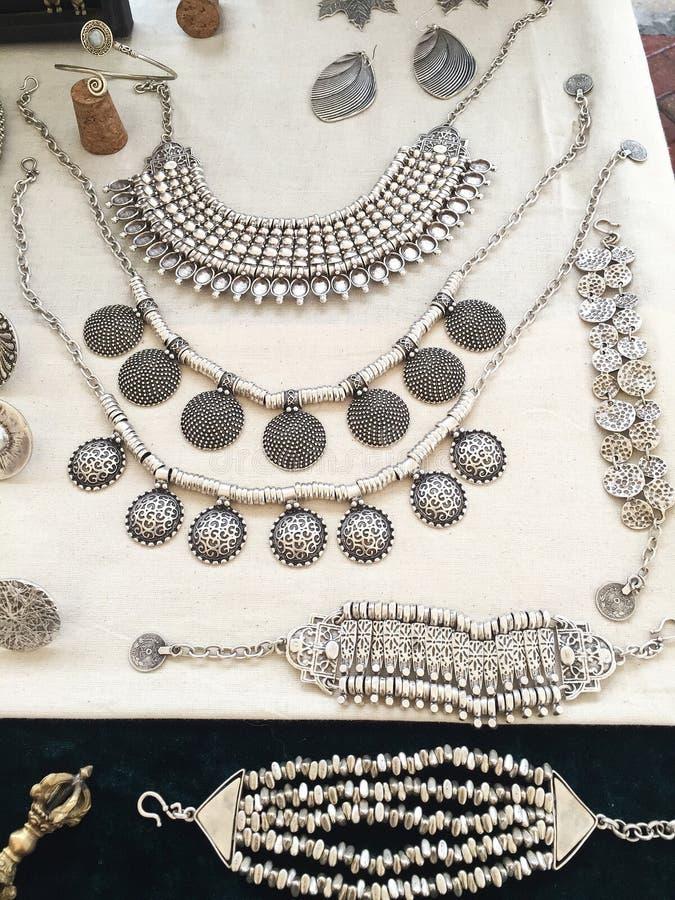 Artisanale Hand - gemaakte Zilveren Juwelenvertoning stock foto