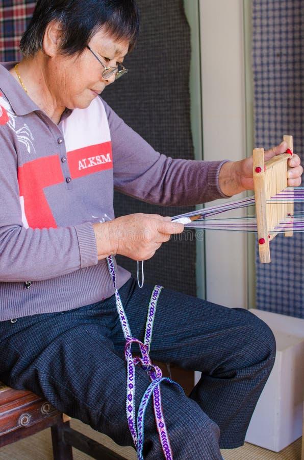 Artisanat folklorique chinois, tissu brut tissé sur métiers à main photographie stock