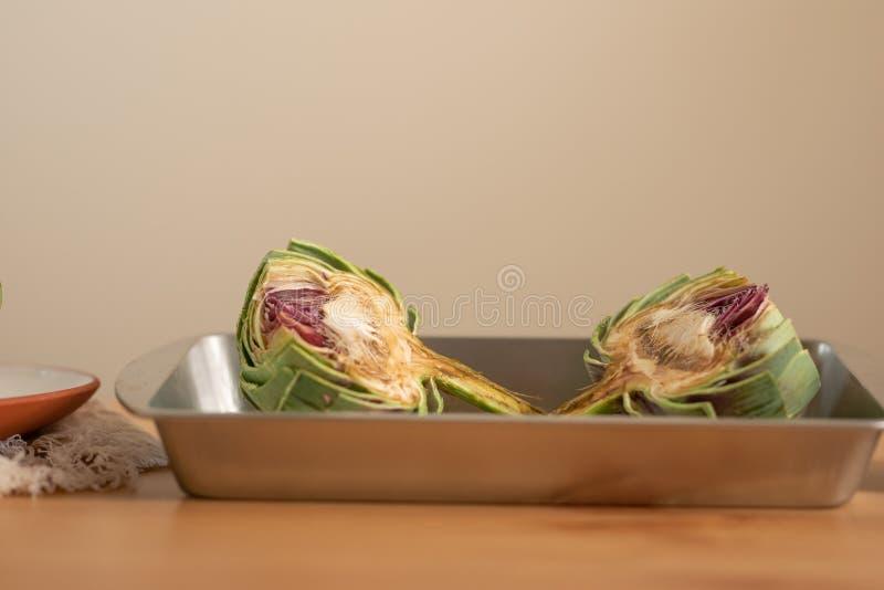 Artischocke backfertig auf einem hellen Hintergrund, Konzept des Kochens der geschmackvollen und gesunden Nahrung, Menü, Rezeptbu stockfotos