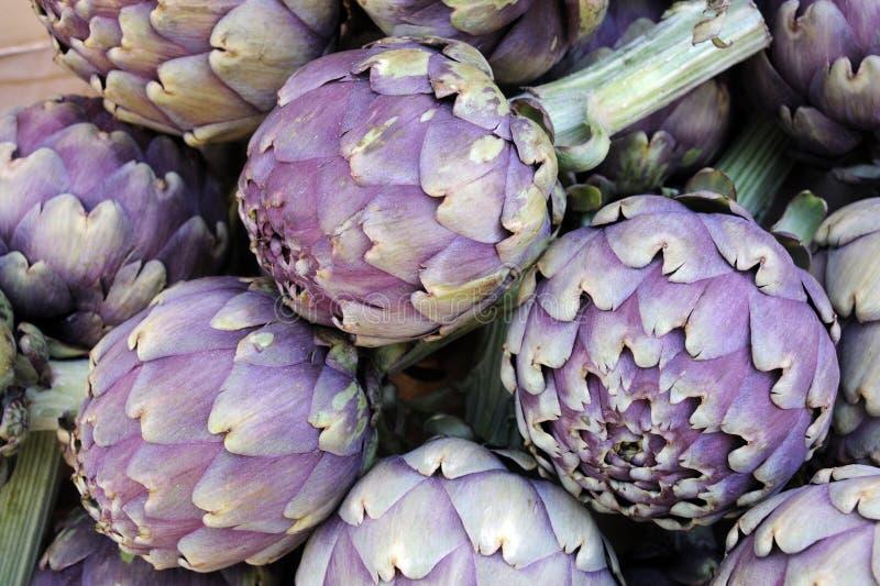 Artischocken am Obst-und Gemüsehändler lizenzfreies stockfoto