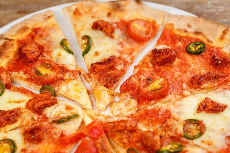Artischockenpizza auf einer Metallschaufel lizenzfreies stockfoto