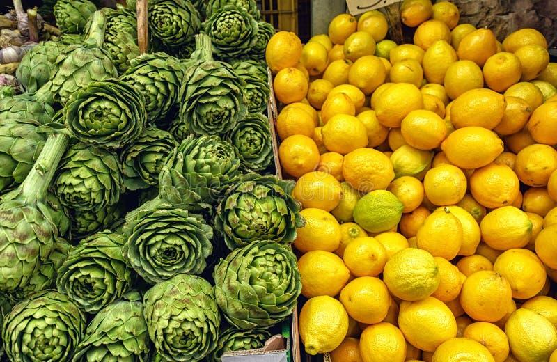 Artisjok en citroen stock foto's