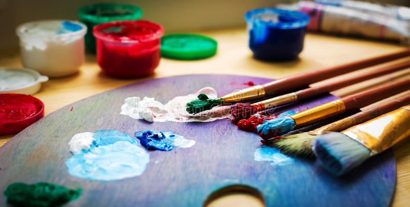 Artist& x27; мастерская s Мольберт с щетками и трубками краски стоковые фотографии rf