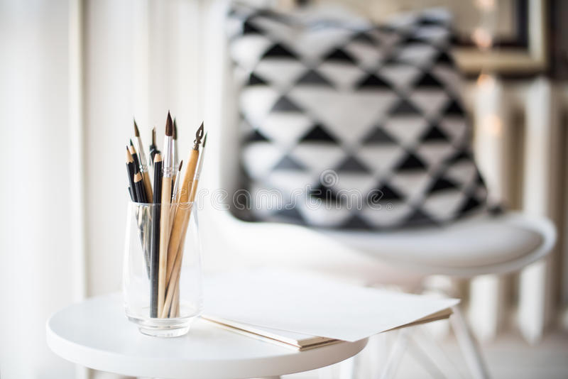 Artist& creativo x27; area di lavoro di s, pennelli artistici e carta immagini stock