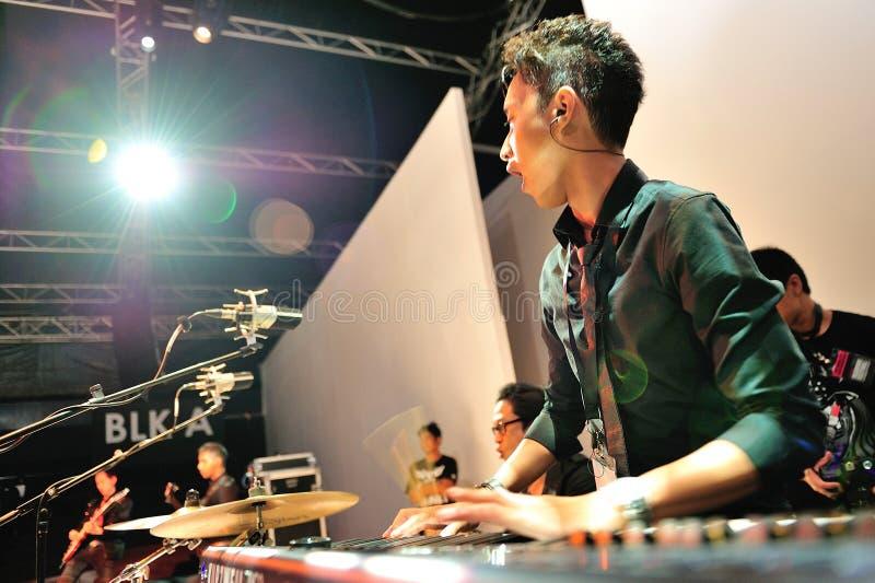 Artist que executa durante a mostra de Swarovski em Audi Fashion Festival 2012 imagens de stock