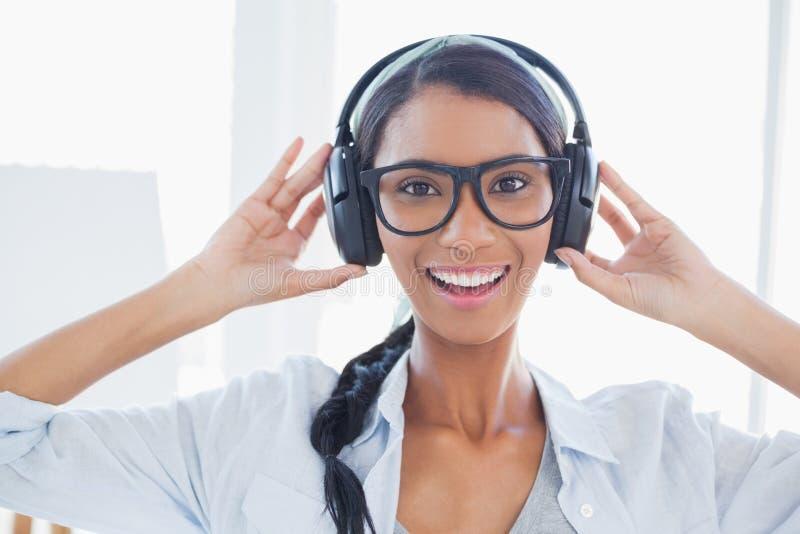 Artista attraente allegro che ascolta la musica immagini stock