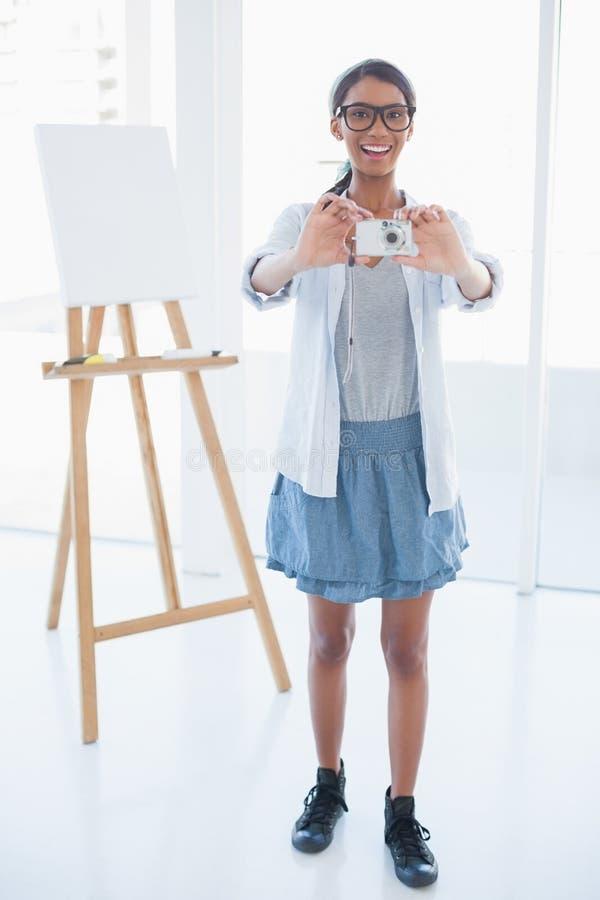 Artista attraente sorridente che prende immagine fotografie stock libere da diritti