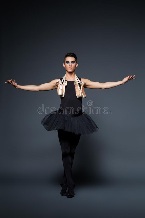 Artista bello di balletto in gonna del tutu fotografie stock