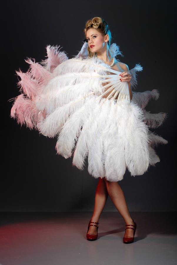 Artista burlesco con el ventilador de la pluma de la avestruz imagen de archivo libre de regalías