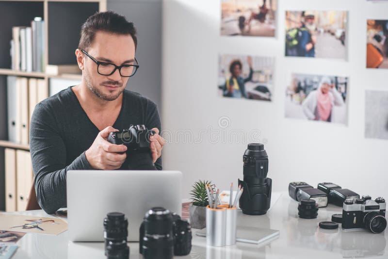 Artista calmo que olha no dispositivo imagens de stock royalty free