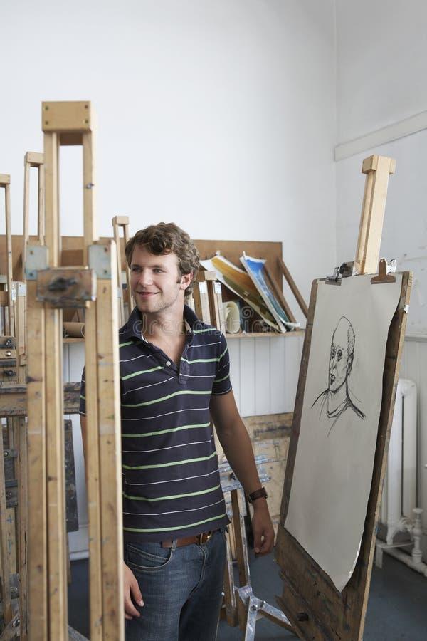 Artista By Charcoal Portrait no estúdio imagens de stock