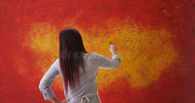 Artista chinês da mulher que está na frente do contexto imagens de stock royalty free