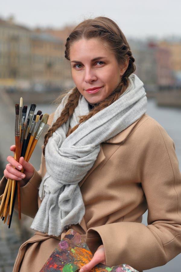 Artista com escovas e paleta em etudes fotos de stock
