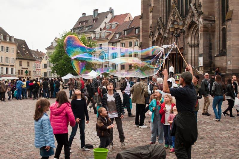 Artista con las burbujas de jabón fotografía de archivo libre de regalías