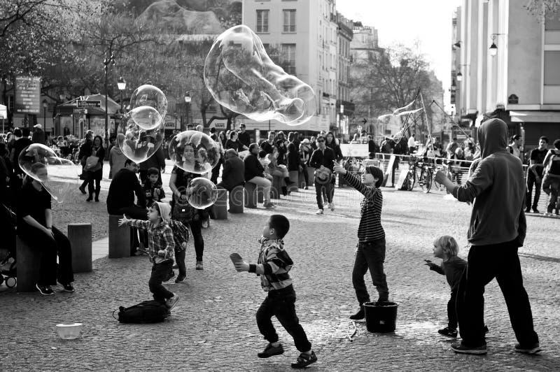 Artista con las burbujas de jabón - cuarto de la calle de Beaubourg imagenes de archivo