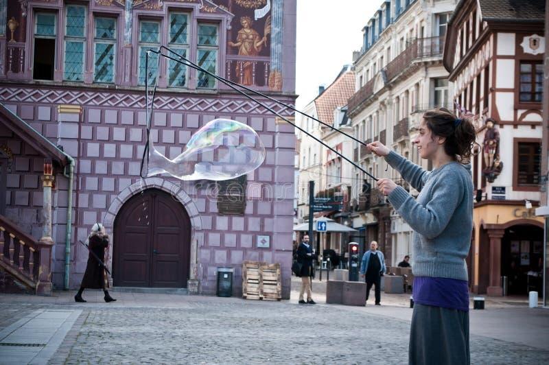 Artista con las burbujas de jabón en la calle fotos de archivo