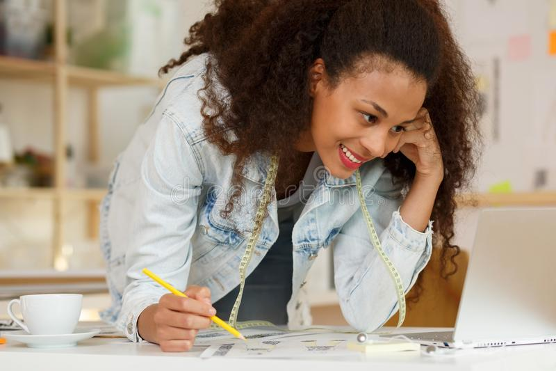 Artista creativo sonriente durante trabajo imagen de archivo