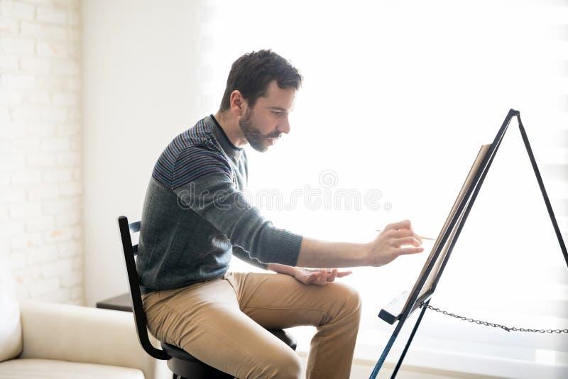 Artista da pintura que faz a arte finala nova foto de stock royalty free