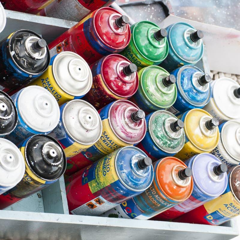 Artista de la calle con las latas de espray imagenes de archivo