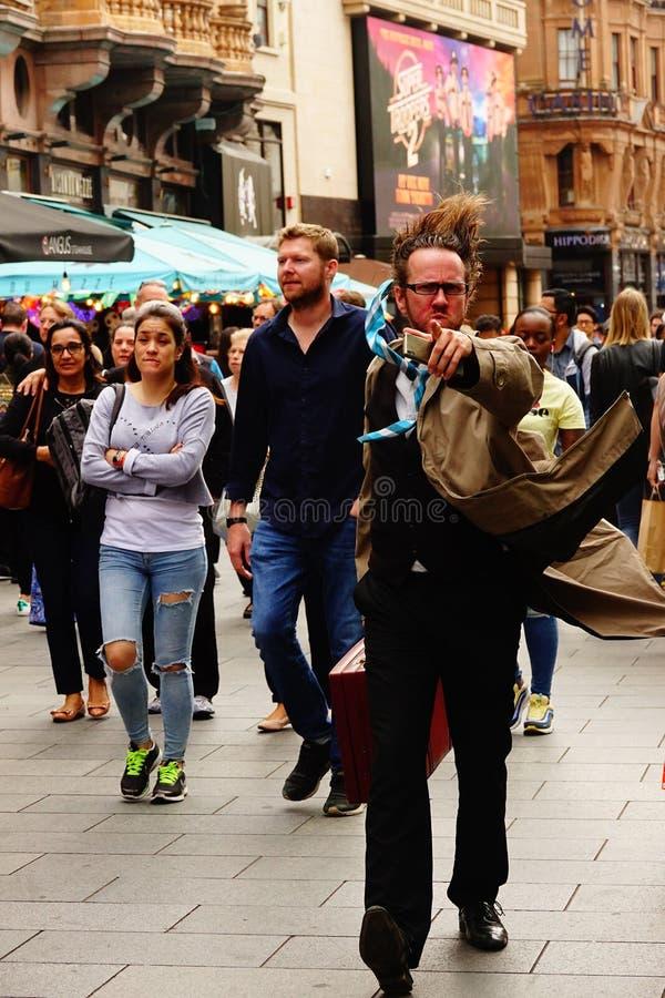 Artista de la calle que señala a la cámara en Londres foto de archivo