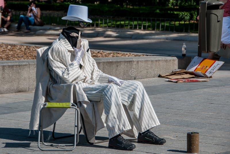 Artista de la calle vestido en blanco fotografía de archivo libre de regalías