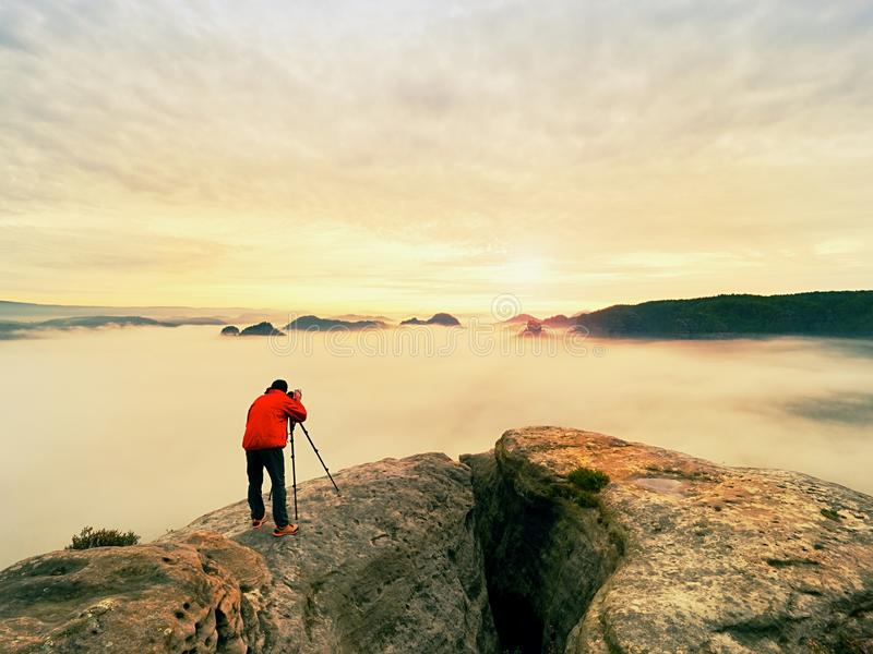 Artista de la foto en trabajo Fotógrafo en montañas El viajero toma las fotos del paisaje majestuoso, imagen de archivo