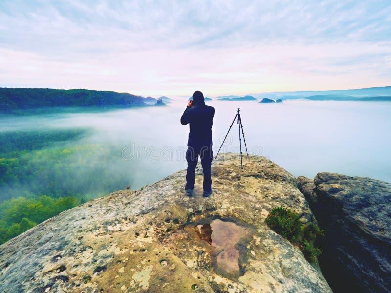 Artista de la foto en trabajo Fotógrafo en montañas El viajero toma las fotos del paisaje majestuoso, fotografía de archivo