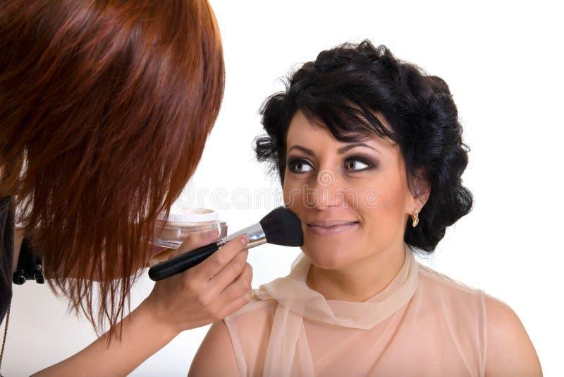 Artista de maquillaje en el trabajo foto de archivo libre de regalías