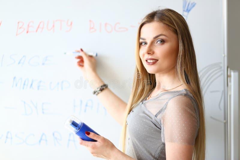 Artista de maquillaje de la muchacha Beauty Product Presentation imágenes de archivo libres de regalías
