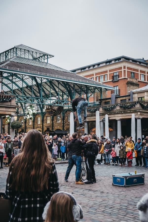 Artista de observación de la calle de la muchedumbre que se realiza delante del mercado de Covent Garden, Londres, Reino Unido imágenes de archivo libres de regalías