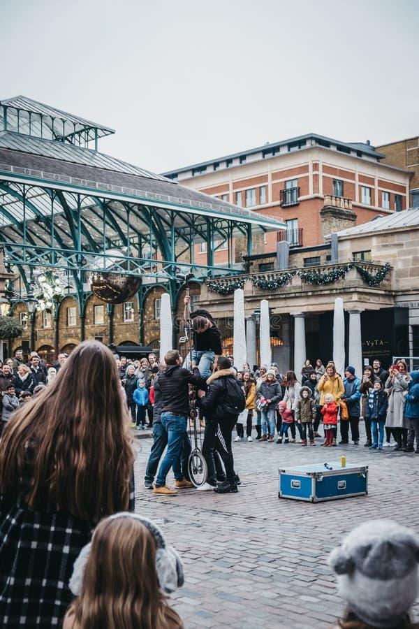 Artista de observación de la calle de la muchedumbre que se realiza delante del mercado de Covent Garden, Londres, Reino Unido fotografía de archivo libre de regalías
