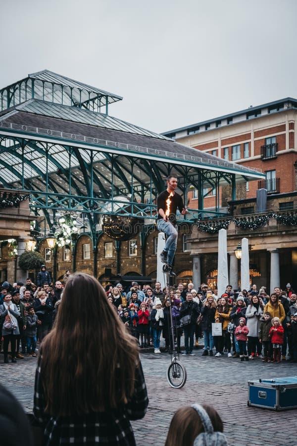 Artista de observación de la calle de la muchedumbre que se realiza delante del mercado de Covent Garden, Londres, Reino Unido fotos de archivo libres de regalías