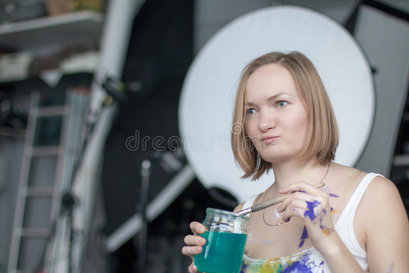 Artista de sexo femenino con el pelo rubio corto imagen de archivo libre de regalías