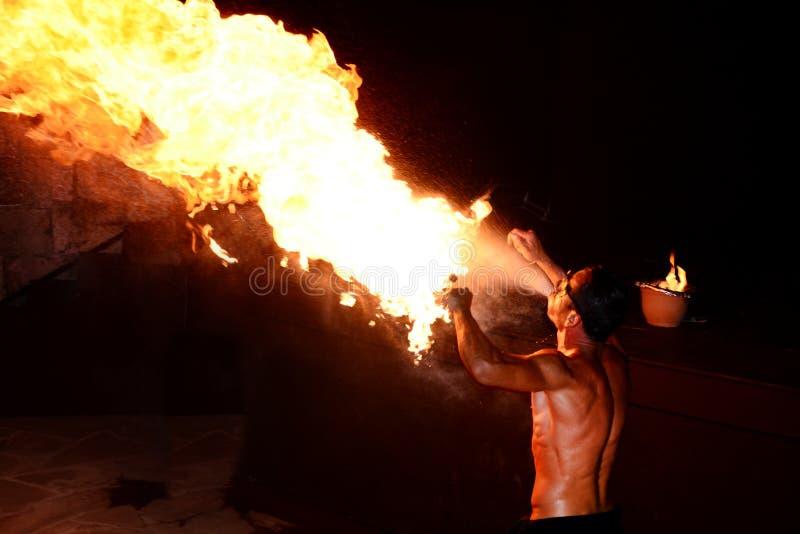 Artista del fuego que realiza el fuego que respira fotos de archivo