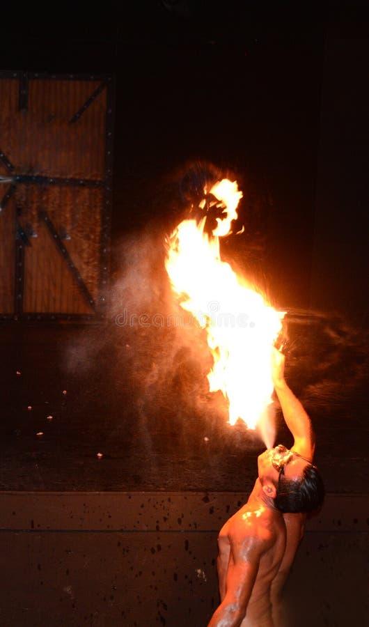 Artista del fuego que realiza el fuego que respira imagen de archivo