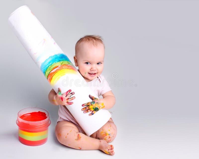 Artista del niño, pintor del bebé con el dibujo del fondo vacío del espacio fotos de archivo libres de regalías