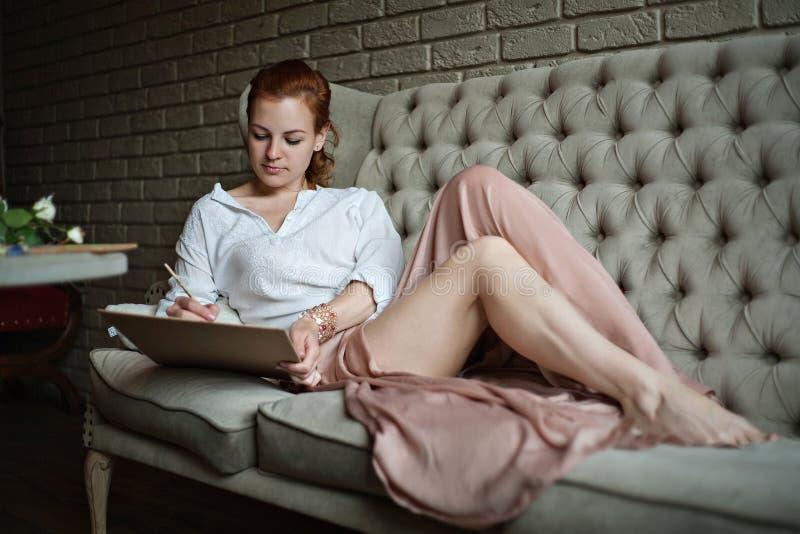 Artista della donna che pensa e che disegna fotografie stock libere da diritti
