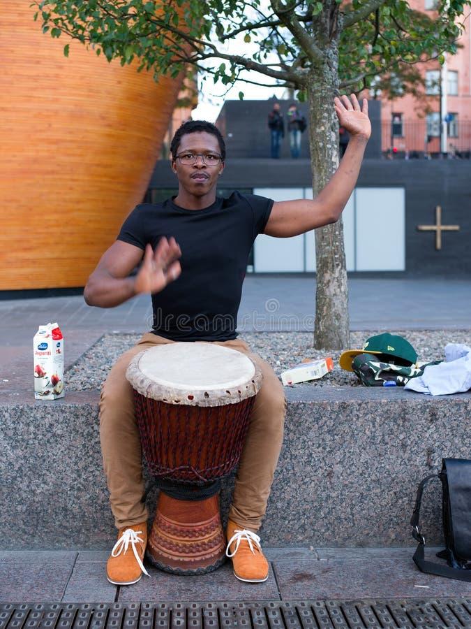 Artista Djembe Player de la calle foto de archivo