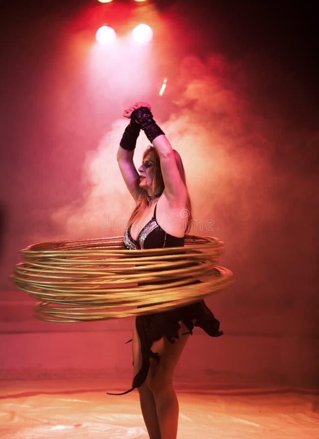 Artista do circo com aros do hula fotografia de stock