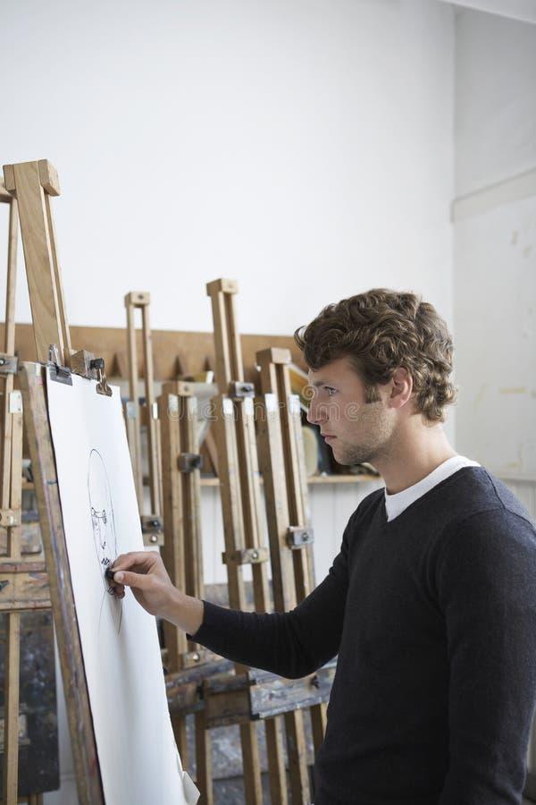 Artista Drawing Charcoal Portrait no estúdio imagens de stock