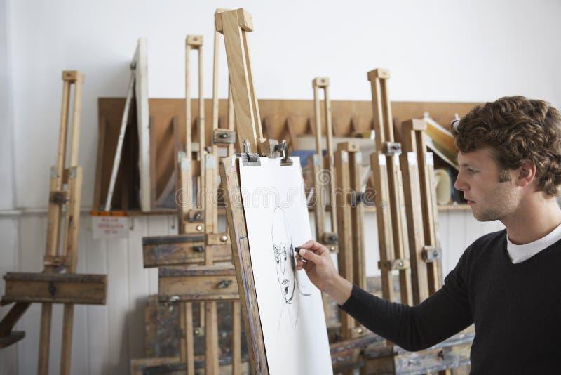 Artista Drawing Charcoal Portrait no estúdio fotos de stock