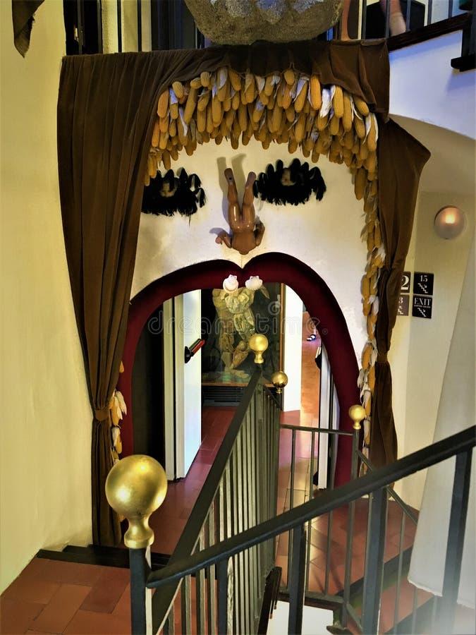 Artista e ilustraciones de Salvador Dalì en el teatro de Dalì - Musemu, Figueras, España fotos de archivo