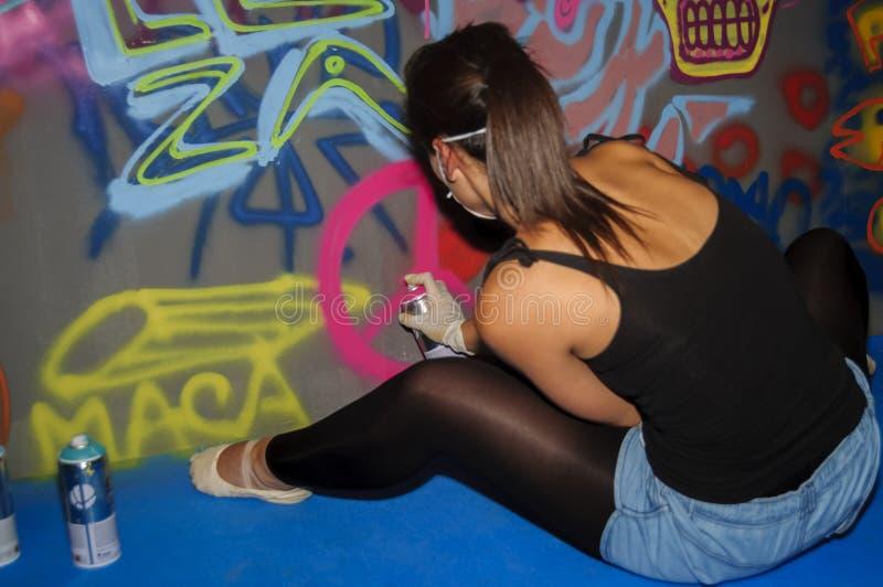 Artista fêmea dos grafittis imagem de stock royalty free