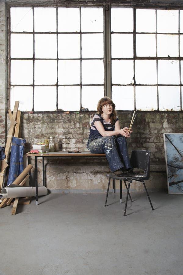 Artista femminile premuroso In Workshop immagini stock libere da diritti