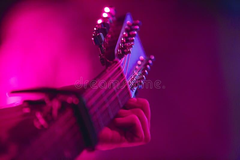 Artista guitarra acústica de ajustamento de seis cordas imagem de stock