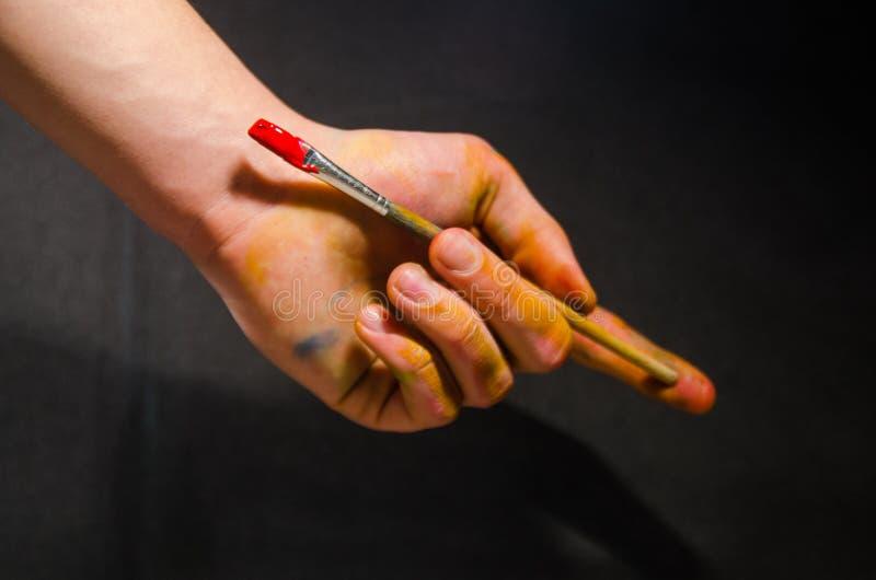 Artista Holding Paintbrush foto de archivo