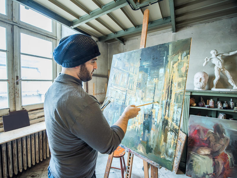 Artista/insegnante che dipinge un materiale illustrativo per un concorso nel suo studio fotografie stock libere da diritti