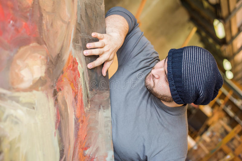 Artista/insegnante che tocca la superficie del suo materiale illustrativo immagine stock
